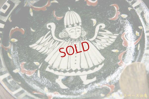 画像2: ヒヅミ峠舎 三浦圭司・三浦アリサ 黒呉須4.5寸リム皿「唐草と天使」