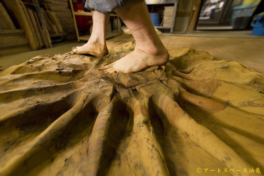 滋賀県信楽の陶芸家、八木橋昇(やぎはし のぼる)。多摩美術大学で油絵を専攻し、ひとつの色を発色するために何層もの下地を重ねることを学びました。重ねるからこそたどり着く、作品の奥ゆき。幾度も窯の中で焼きあげながら、人のチカラを超えた模様を生み出しています。うつわを形作るための粘土は、工房に土を広げ足で踏みながら、性質の違う数種類の土を独自に調合して作られます。踏みしめるたびに広がっていく土の塊は、大きな蓮の花のようになるため、蓮練り(はすねり)とも呼ばれます。
