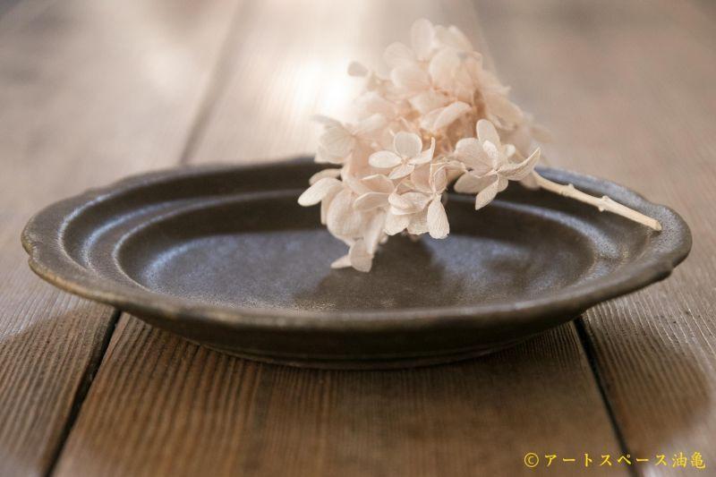 画像2: 古谷浩一 サビ釉 彫刻皿 5寸【アソート作品】