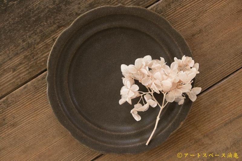 画像1: 古谷浩一 サビ釉 彫刻皿 5寸【アソート作品】