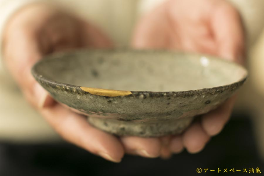 画像1: 八田亨「白掛 豆皿」【金継ぎ作品・一品作】