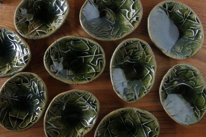画像1: 肥後博己「織部陽刻紋豆皿(ビードロ)」【アソート作品】