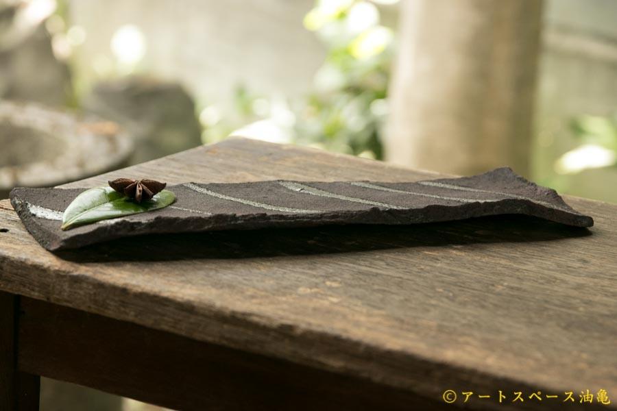 画像2: 加地学 黒化粧 灰釉 掛け流し 板皿