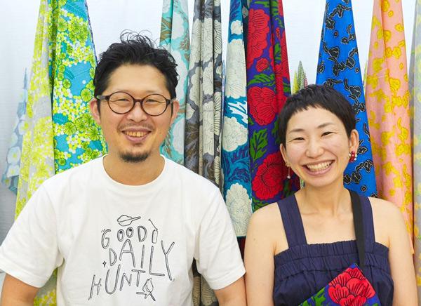 福岡・糸島にある小さなアトリエで、デザイン、染色、製品の製作を一貫して手がけているテキスタイルユニットmakumo(マクモ)。色とりどりの植物や動物をモチーフに、類をみない世界観を生み出している。オニツカタイガーなどの企業とのタイアップも多数。