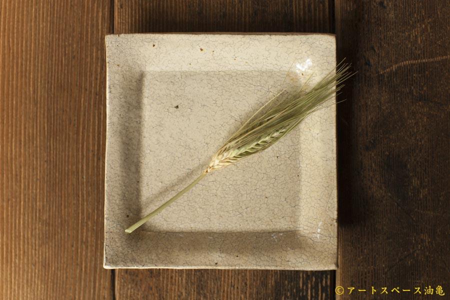油亀のweb通販「油亀ジャーナル」より北海道の陶芸家、馬渡新平さんの白ヒビ粉引角皿