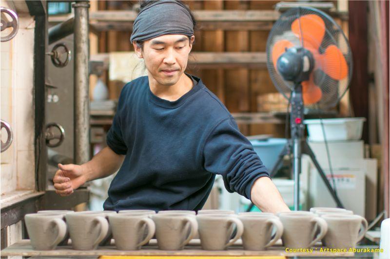 アートスペース油亀企画展 馬渡新平のうつわ展「素ーSuー 」より、馬渡新平の窯詰め