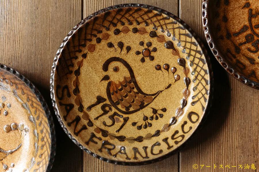 油亀のweb通販「油亀ジャーナル」より滋賀県の陶芸家、ヒヅミ峠舎さんの染付 スリップウェア6寸鉢 平和の鳥