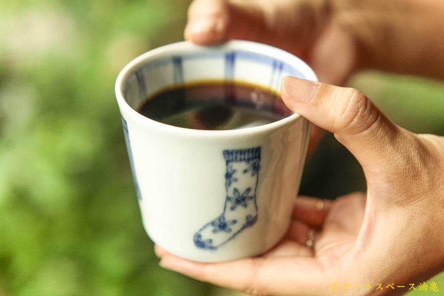 油亀のweb通販「油亀ジャーナル」より北海道の陶芸家、武者千夏子さんのくつ下そば猪口