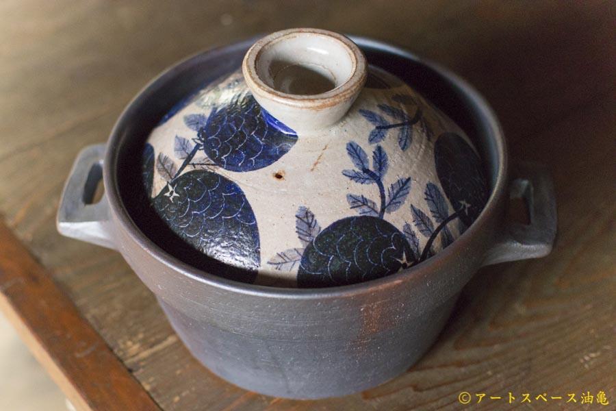 画像1: ヒヅミ峠舎 三浦圭司・三浦アリサ「染付 野イチゴ文 土鍋(4合)」
