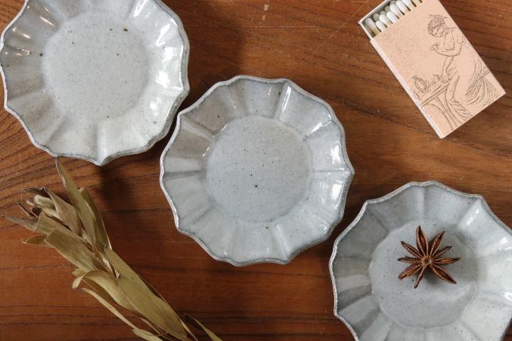 画像2: 遠山貴弘「五ツ割桔梗(粉引)豆皿」【アソート作品】