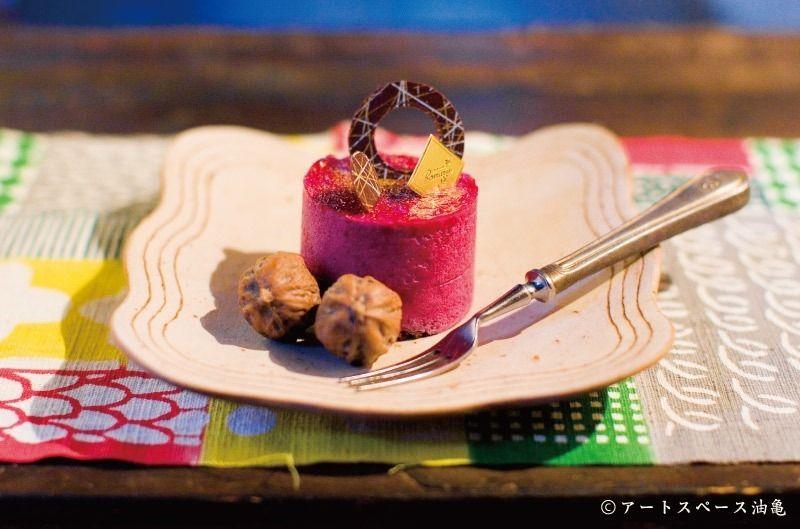 油亀のweb通販「油亀ジャーナル」より新潟県の陶芸家、矢尾板克則さんの漆変形皿