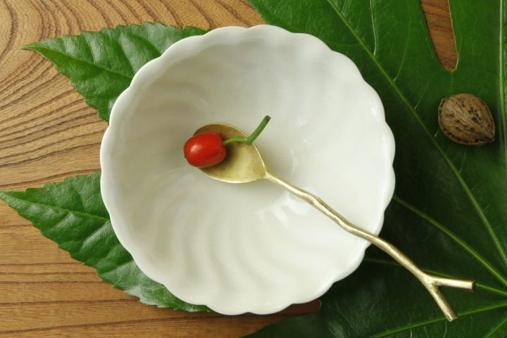 画像1: ヨシノヒトシ「白瓷捻貝殻鉢M」【アソート作品】