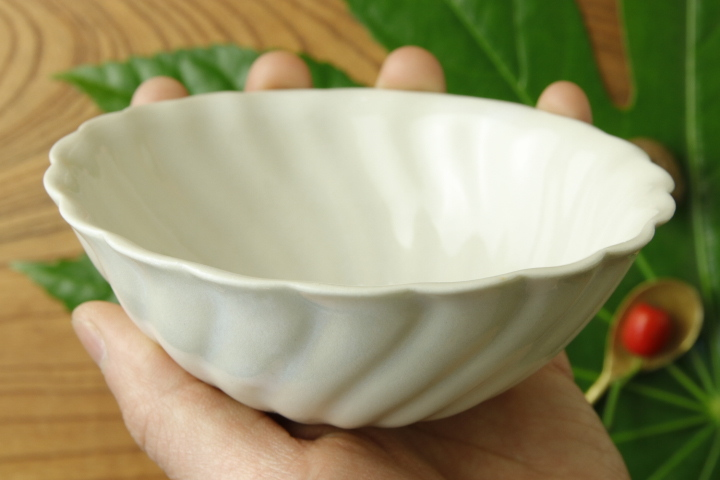 画像4: ヨシノヒトシ「白瓷捻貝殻鉢M」【アソート作品】